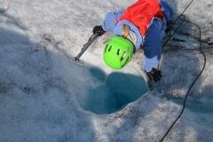 Bodenlos: Das Schmelzwasser verschwindet im Eis.