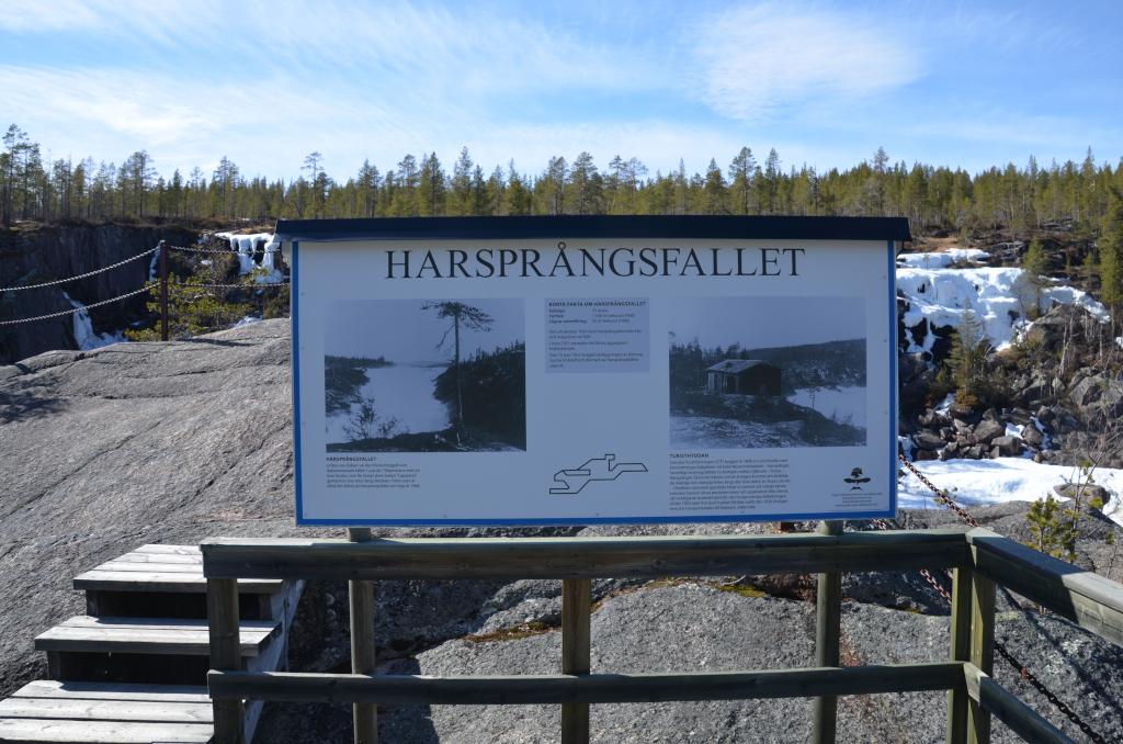 Erinnerungstafel für den Wasserfall Harsprånget auf der Aussichtsplattform.