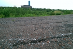 Risse im Boden, Sommer 2017. Im Hintergrund Kirunas Rathaus.