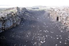 """Reykjanes: Blick von der """"Brücke zwischen den Kontinenten"""" in den Spalt."""