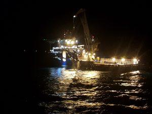 Die Maersk Forza zieht den Helikopter aus dem Wasser.